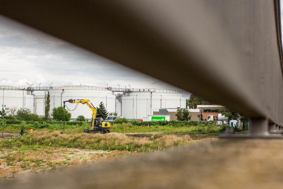 Auf dem Grundstück neben der Flügelwegbrücke entsteht an der Hamburger Straße ein neues Möbelhaus. Im Hintergrund befindet sich das Tanklager an der Bremer Straße.