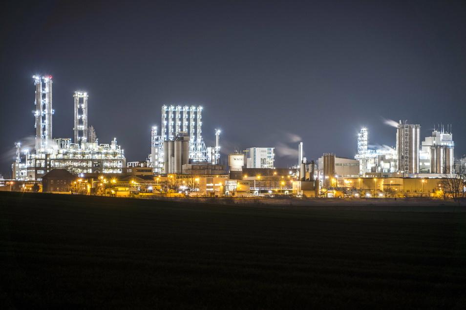 Das Nünchritzer Chemiewerk bietet am Abend von der gegenüberliegenden Elbseite einen beeindruckenden Anblick.