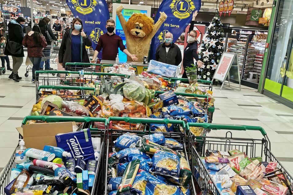 Insgesamt 17 volle Einkaufswagen kamen bei der Spendenaktion im Görlitzer Marktkauf zusammen.
