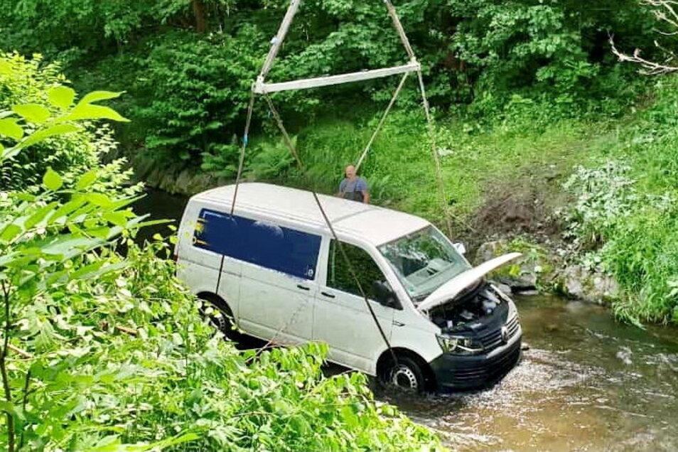 Der Mietwagen aus Dresden hängt am Kran. Das Firmenlogo ist auf diesem Bild unkenntlich gemacht.