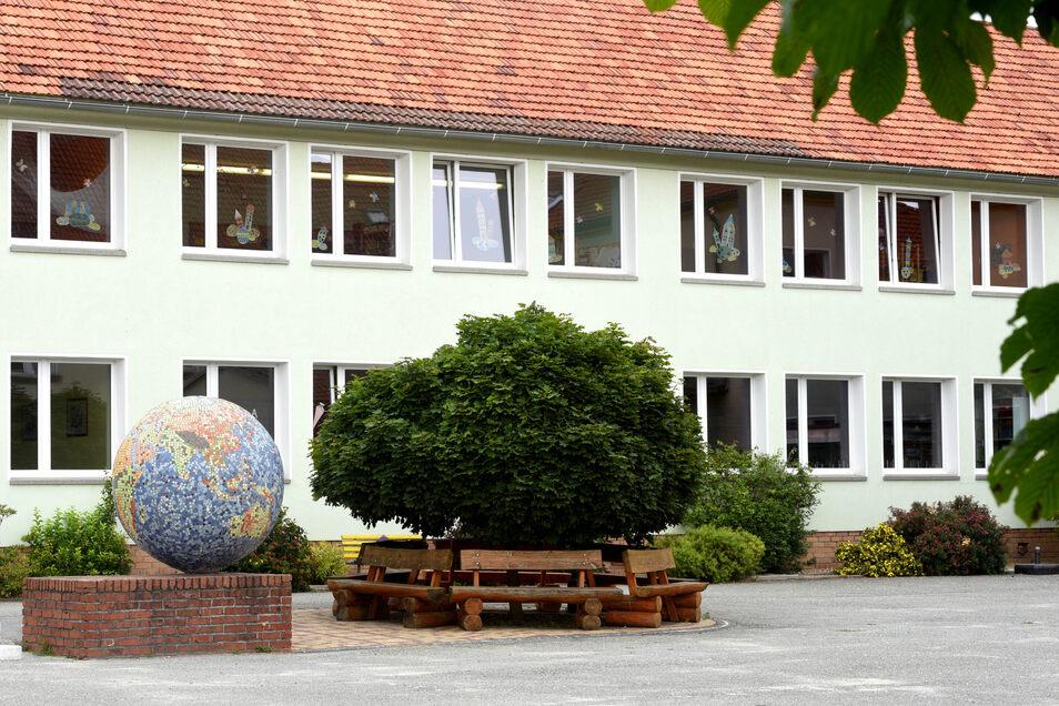 """In den """"Neubau"""" der Mittelherwigsdorfer Grundschule, der direkt an das alte Schulgebäude anschließt, richtet die Gemeinde jetzt im Obergeschoss ein achtes Klassenzimmer wegen der gestiegenen Schülerzahlen ein."""