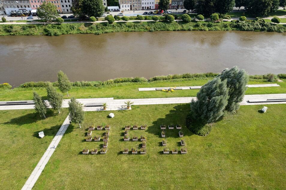 """Die Blumenkübel in Form der Zahl 950 sind da, fehlen noch die """"Görlitz/Zgorzelec""""-Tische und die Menschen."""