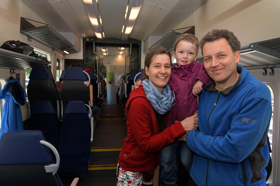 Auch Steffi und Hagen Heiduck aus Leisnig sind mit ihrer vierjährigen Tochter Mathilda eingestiegen. Sie würden die Wiedereröffnung der Personenverbindung nach Dresden begrüßen.