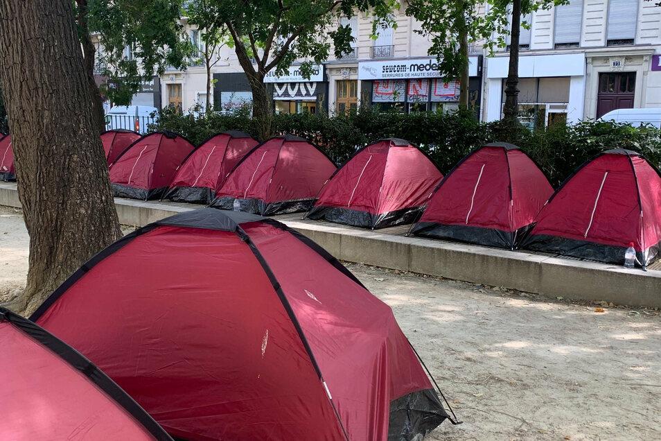 Ein Zeltcamp für junge unbegleitete Flüchtlinge ist im Stadtzentrum von Paris aufgebaut worden.
