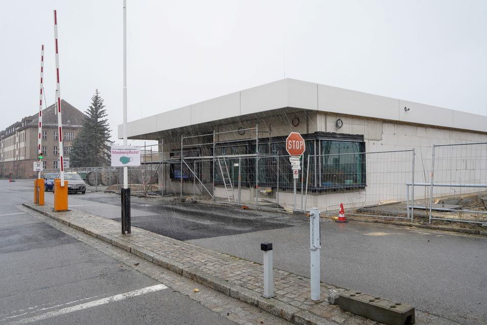 Die neue Pforte für die Polizeihochschule in Bautzen soll im Sommer dieses Jahres fertig sein. Auf dem Gelände laufen weitere Arbeiten.