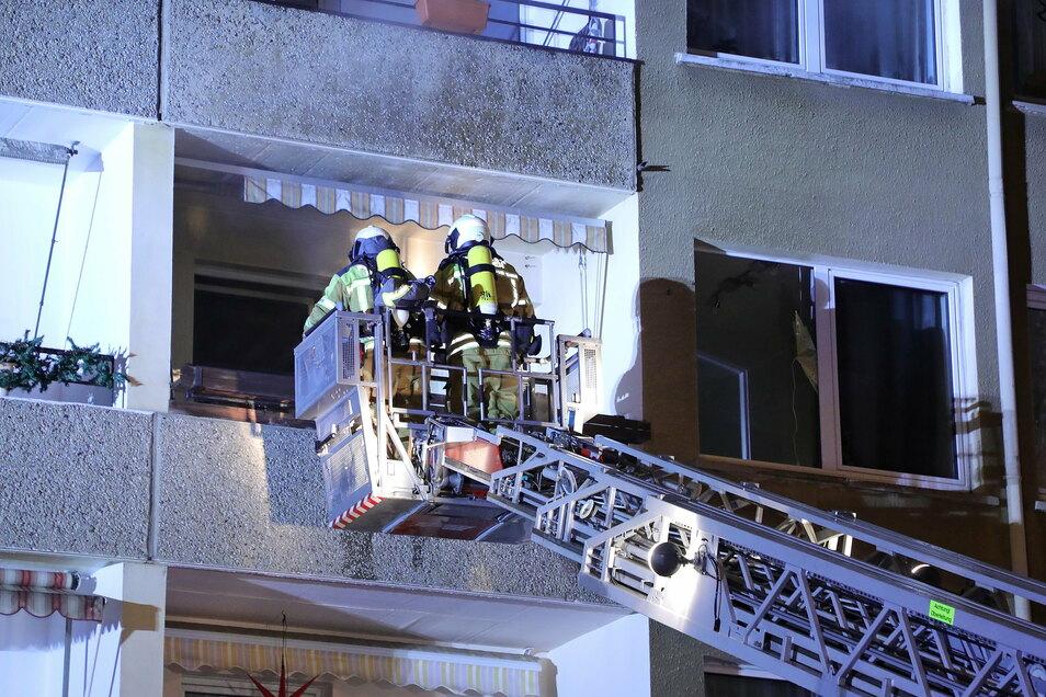 Als die Feuerwehr eintraf, drang bereits Rauch aus der Wohnung. Das Feuer konnte jedoch schnell gelöscht werden.