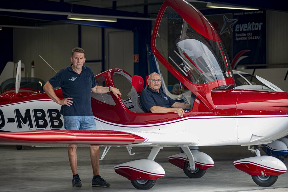 Auf dem Kamenzer Flugplatz baut Dr. Gerd-Peter Kuhn (r.) mit seiner Firma Ultraleichtflugzeuge. Mit von der Partie ist dabei auch Paul Dornik.