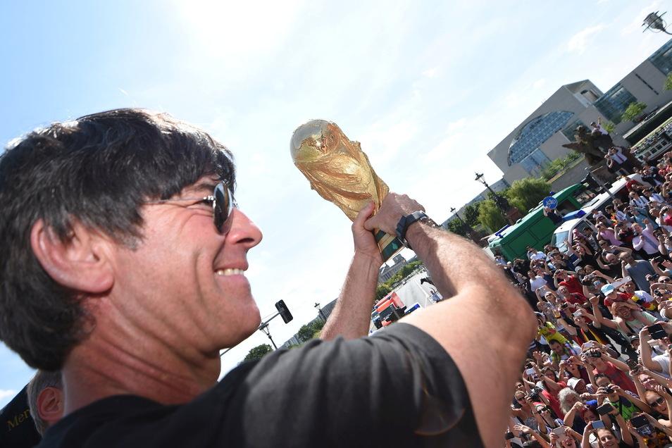 Beim WM-Triumph 2014 genießt Joachim Löw den Zuspruch der Fans. In den letzten Jahren fehlte dieser aufgrund einiger Fehler Löws.