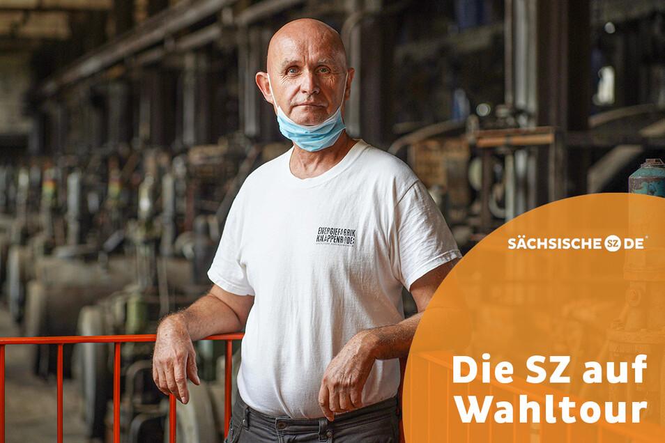 Frank Arnold hat 20 Jahre lang an der Presse in der Brikettfabrik in Knappenrode gearbeitet und dort auch die letzte Schicht erlebt. Heute gibt er Besuchern im Industriemuseum sein Wissen weiter.