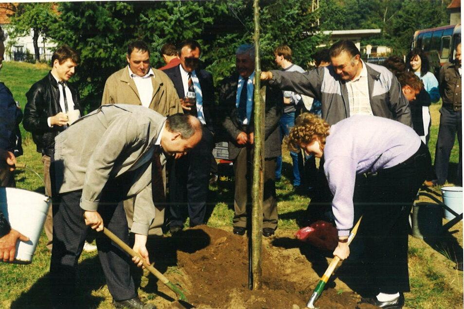 Die Bürgermeisterin von Eckartsberg, Birgit Pfennig, pflanzt am Tag der Einheit 1990 mit dem damaligen Dischinger Bürgermeister, Bernd Hitzler eine Eiche in Eckartsberg.