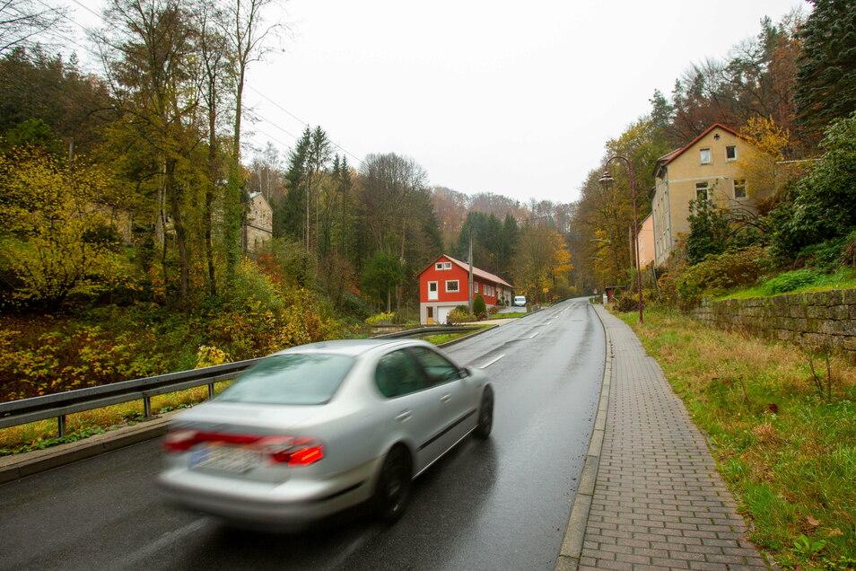 Der Zaukengrund am Ortsausgang Bad Schandau in Richtung Sebnitz: Für einen Radweg müsste hier talseitig eine neue Stützwand gebaut werden. Das ist dem Freistaat zu teuer.