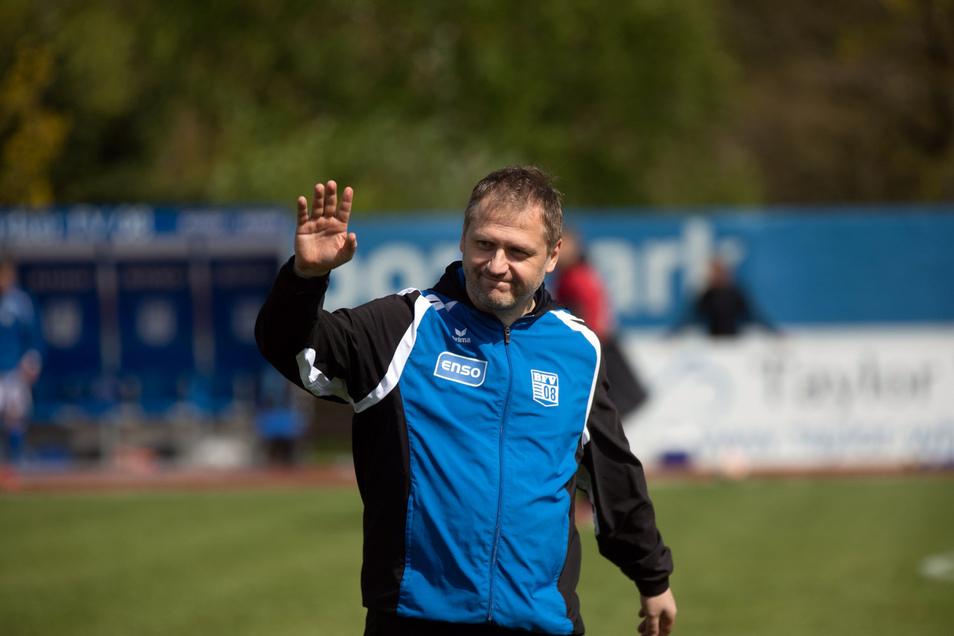 Winkt Bischofswerdas Trainer Erik Schmidt schon zum Abschied aus der Regionalliga? Absteiger soll es zwar nicht geben, doch der Verein hat andere Sorgen.