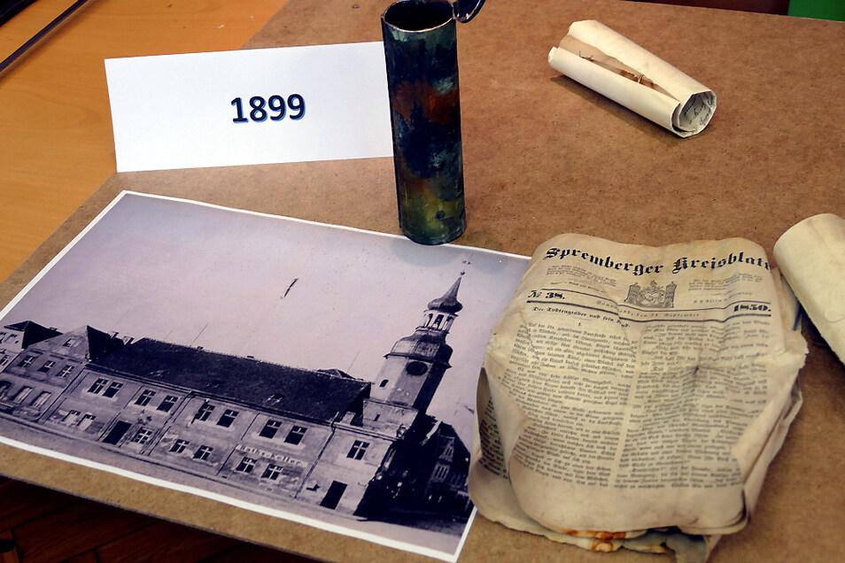 In den Zeitkapseln fand man aus dem Jahr 1899 beispielsweise dieses Foto und ein Kreisblatt von 1850.