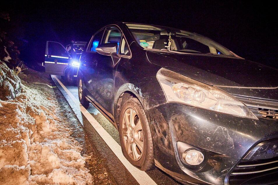 Der Toyota-Fahrer konnte dem herabrollenden Stein in Schlottwitz nicht mehr rechtzeitig ausweichen.