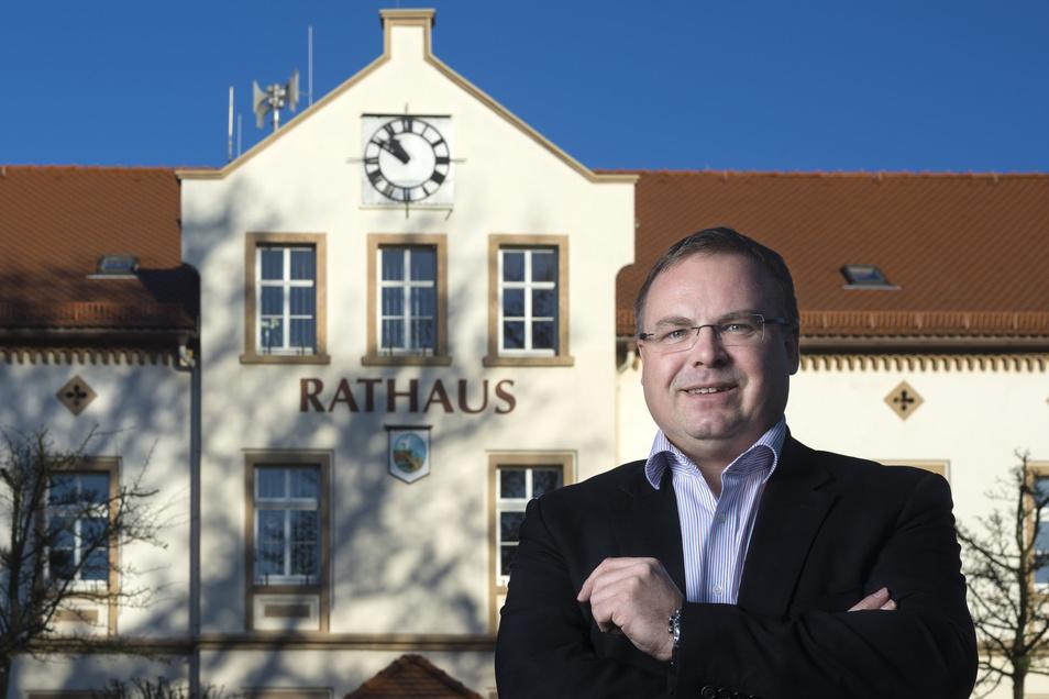 Neukirchs Bürgermeister Jens Zeiler vor dem Rathaus. Er will die Voraussetzungen schaffen, damit die Einwohnerzahl der Gemeinde über 5.000 bleibt. Dafür setzt er auch auf den Wohnungsbau.