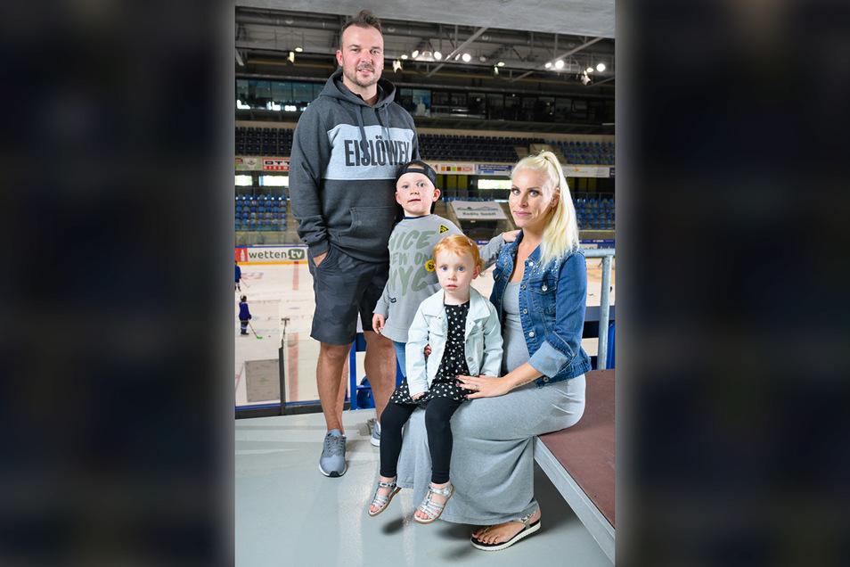 Eishockey-Profi Steven Rupprich mit seiner Frau Gina, die das dritte Kind erwartet, sowie Sohn Lauren, der bereits bei den Bambinis der Dresdner Eislöwen spielt, und Tochter Luna.