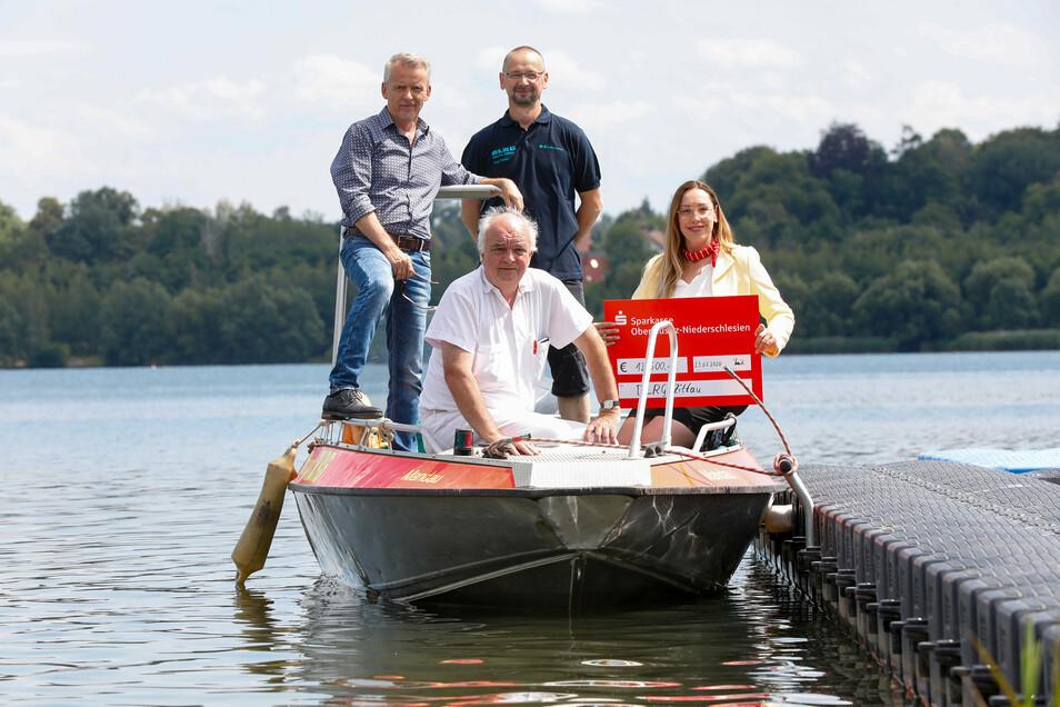Alle in einem Rettungs-Boot: Olbersdorfs Bürgermeister Andreas Förster (FDP), Oleg Dietze von der DLRG und Gottfried Hanzl vom DRK-Kreisverband haben am Donnerstag den Vertrag über die Wasserrettung am O-See unterschrieben. Bettina Richter-Kästner von der