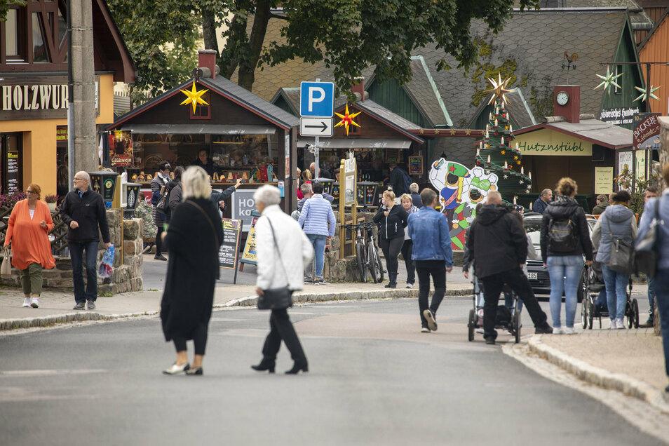 Seit Samstag sorgen Herrnhuter Sterne und Glühweinduft für Adventsstimmung in Seiffen.