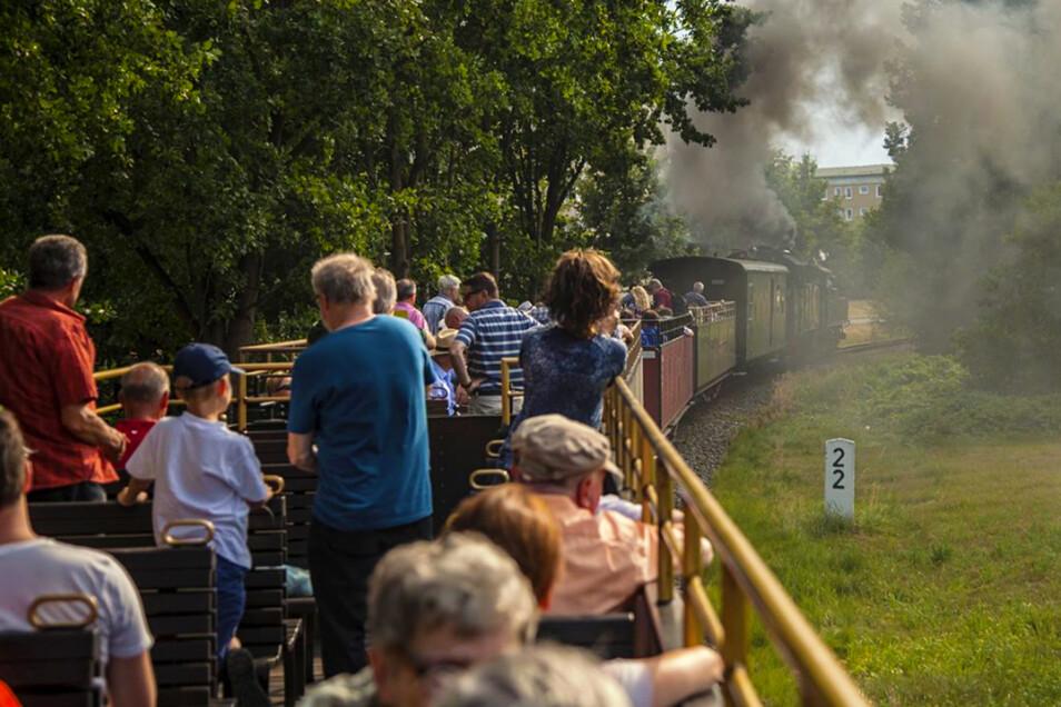 Die IV K 99 1584 und VI K 99 713 bringen die Gäste im Aussichtswagen nach Bahnhof Bertsdorf Bahn. Foto: PR
