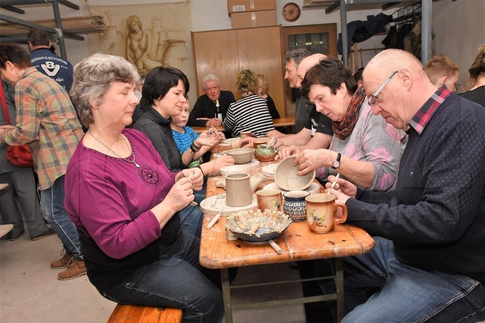 Nicht nur die Kindern, sondern auch zahlreiche Erwachsene versuchen sich in den Räumlichkeiten der Keramikwerkstatt Hirche in Sagar am Formen des Tons.
