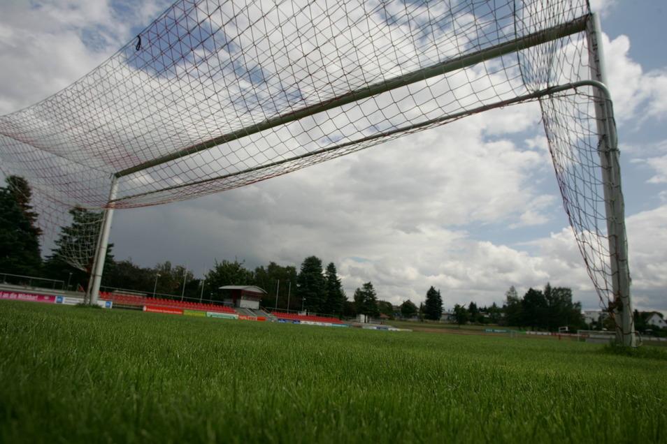 Noch sind die Tornetze im Kamenzer Stadion der Jugend hochgeklappt, die Saison beginnt erst Anfang August. Nun steht der neue Trainer des Fußball-Landesligisten fest.