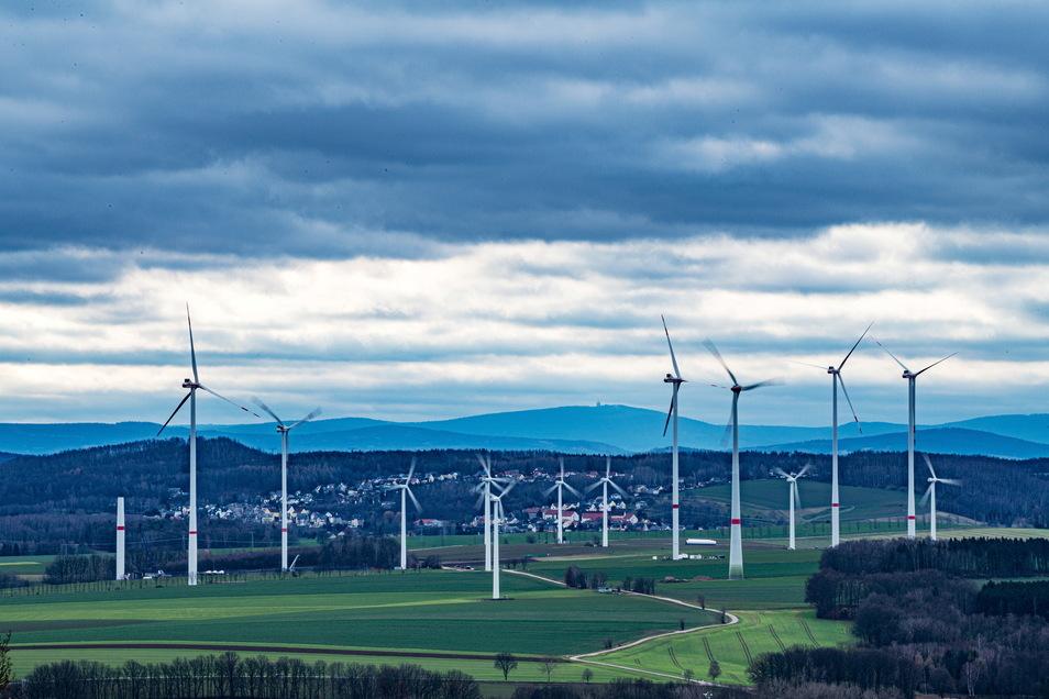 Windräder stehen bei Stollberg im Erzgebirge: Künftig soll noch viel mehr Windenergie erzeugt werden.