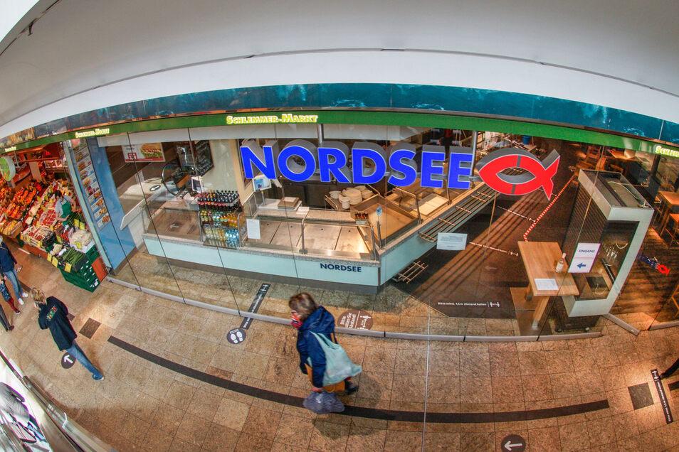 Ab Mittwoch öffnet die Nordsee-Filiale im Bautzener Kornmarkt wieder, vorerst gibt es allerdings nur Snacks zum Mitnehmen. Zwei weitere Läden im Center bleiben noch geschlossen.
