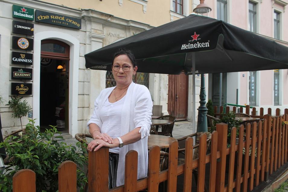 """Elke Mäffert in ihrem Biergarten vor dem """"Irish Pub"""" auf der Zittauer Neustadt."""