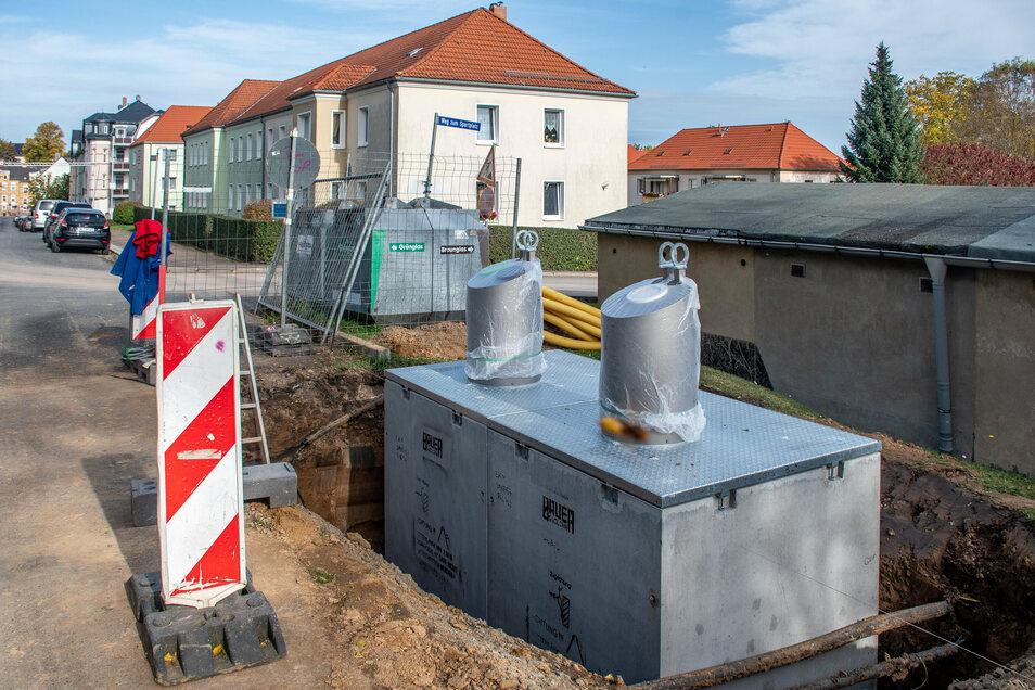 Der Unterflur-Container für Altglas ist am Donnerstag auf der Breuningstraße in Waldheim eingesetzt worden. Auch am Lindenplatz in Leisnig wurde ein solcher installiert.