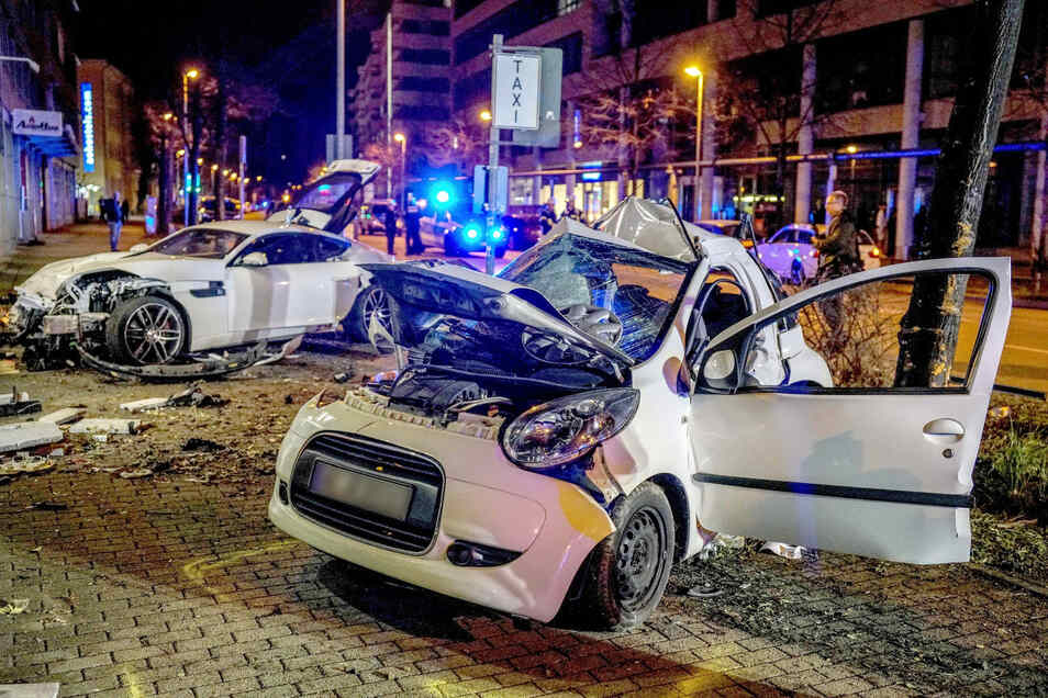 Die beiden am Unfall beteiligten Autos nach dem Zusammenprall am Straßenrand.