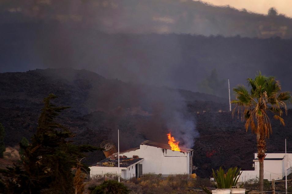 Ein Haus wird von der Lava auf der Kanareninsel La Palma verbrannt.