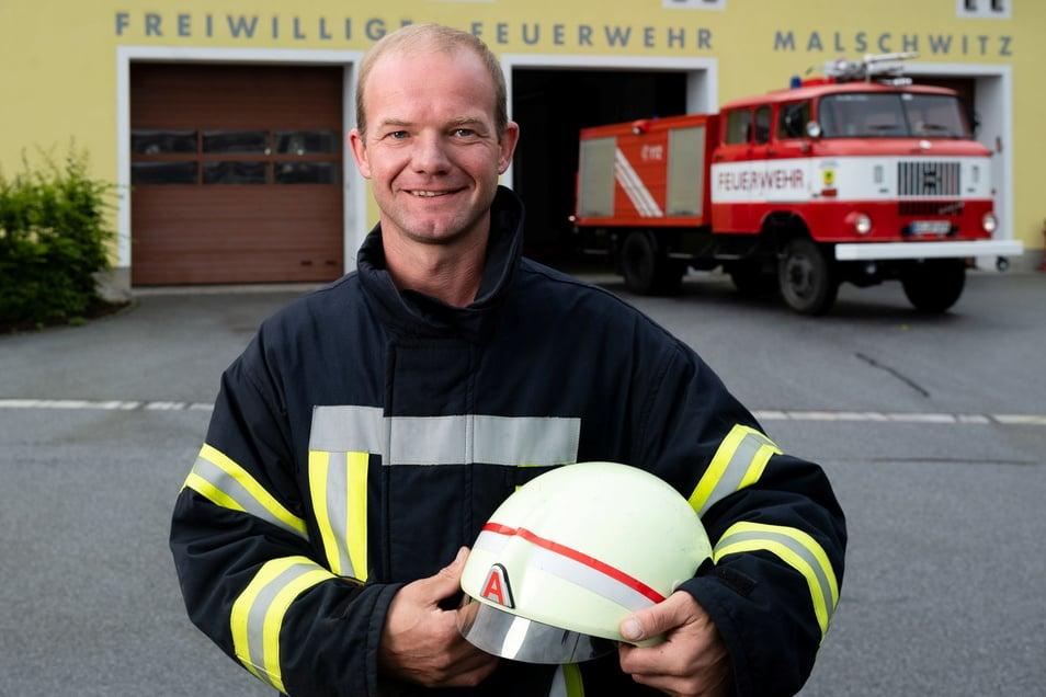Das 31 Jahre alte Auto der Malschwitzer Feuerwehr muss voraussichtlich noch zwei Jahre seinen Dienst tun. Danach wird es durch ein nagelneues Löschfahrzeug ersetzt. Wehrleiter David Rüsch freut's.