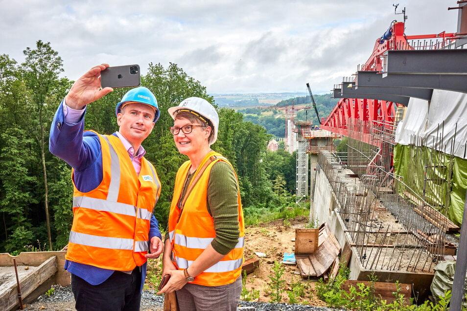 Sachsens Wirtschaftsminister Martin Dulig und Ehefrau Susann beim Besuch der Südumfahrung-Baustelle: Selfie vor der Gottleubatalbrücke.
