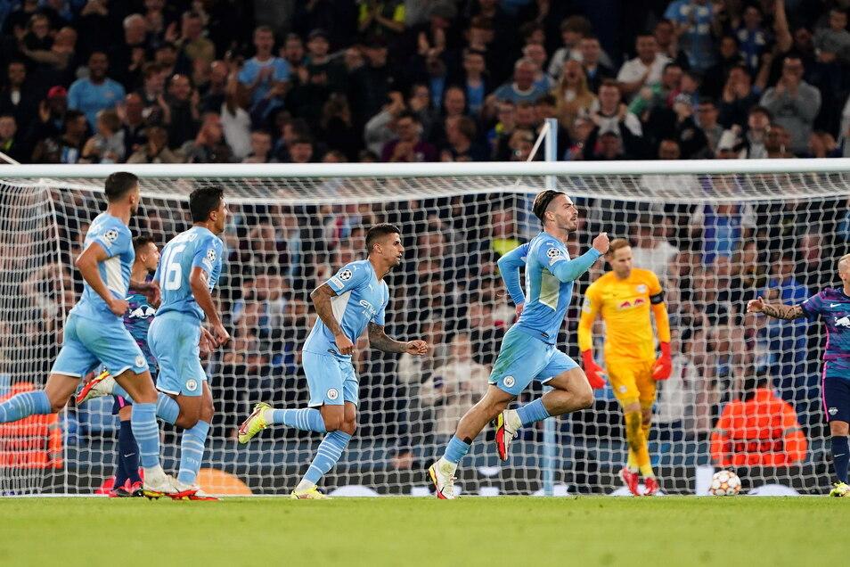 Jack Grealish (r) von Manchester City feiert den vierten Treffer seiner Mannschaft.