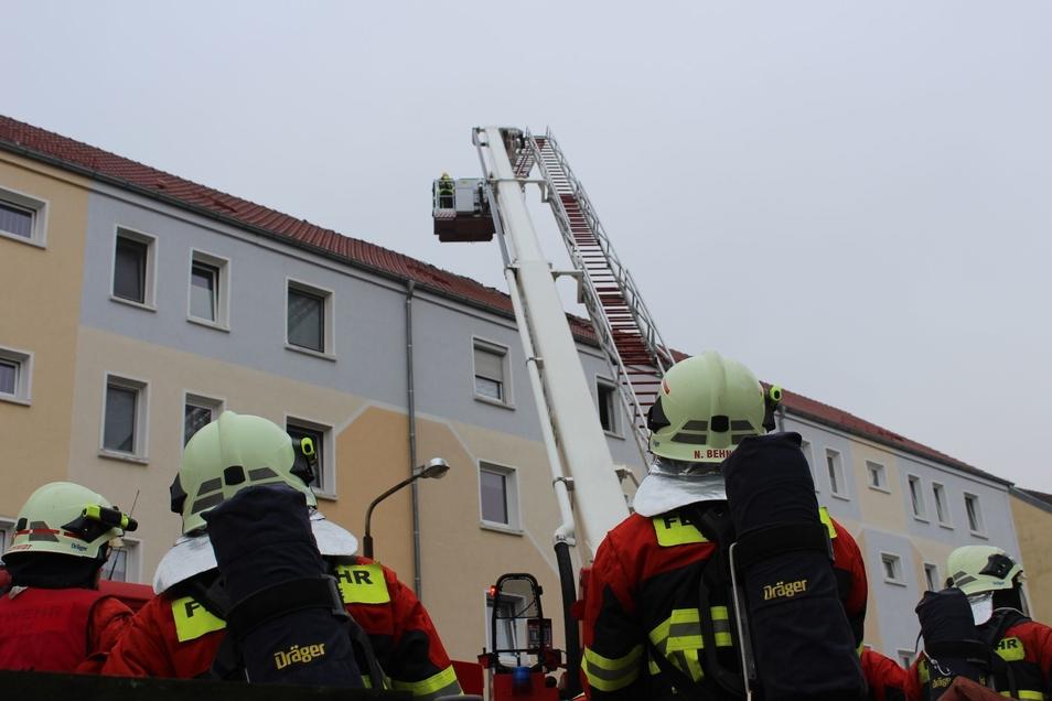 Zahlreiche Feuerwehrleute rückten an, um den Brand im Dachgeschoss eines Wohnblockes in Neukirch/Lausitz zu löschen.
