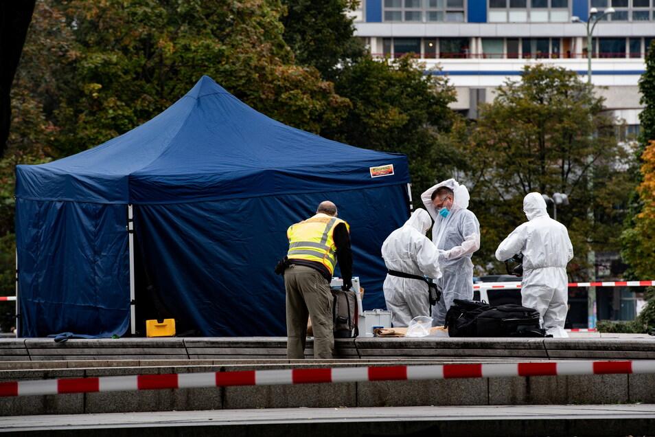 Kriminaltechniker stehen am Alexanderplatz unterhalb des Fernsehturms
