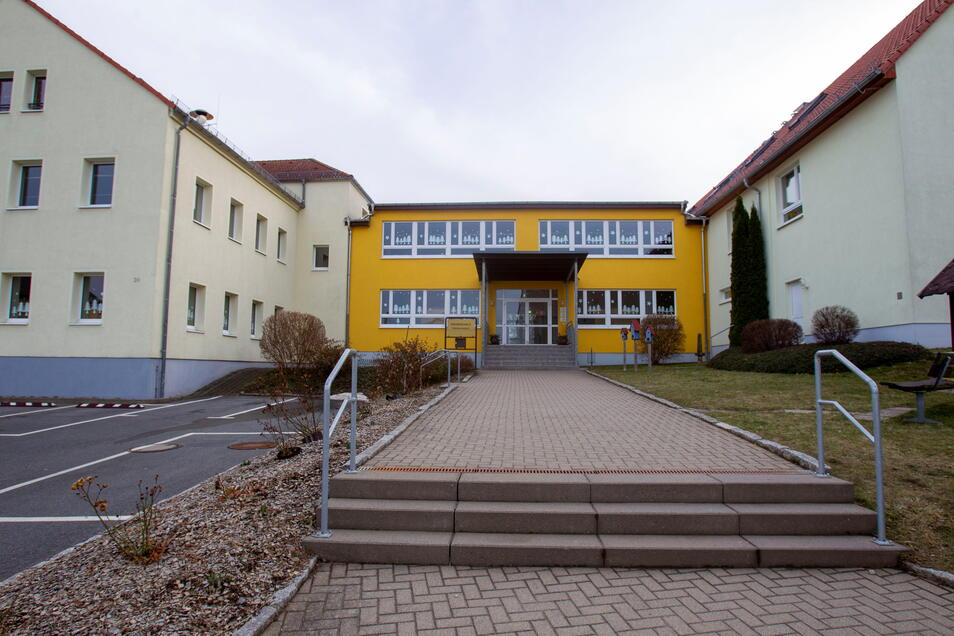 Auch an der Grundschule in Oberhermsdorf sollen Toiletten und Garderoben erneuert werden. Außerdem bekommt die Schule ein neues Computerkabinett.