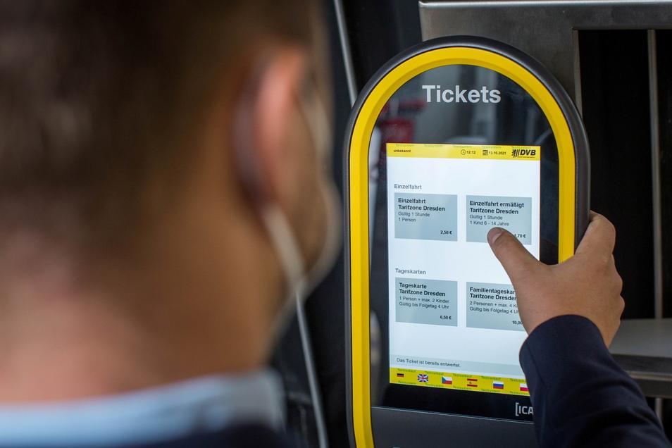 Ticket wählen und mit Karte zahlen - das ist die neue Technik in den Bussen und Bahnen der DVB.