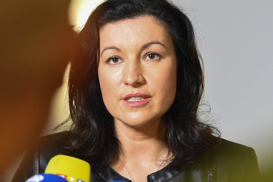 Dorothee Bär (CSU), Staatsministerin für Digitales, hat ihre Mitgliedschaft in der Ludwig-Erhard-Stiftung aus Protest gegen den Vorsitzenden Roland Tichy gekündigt.