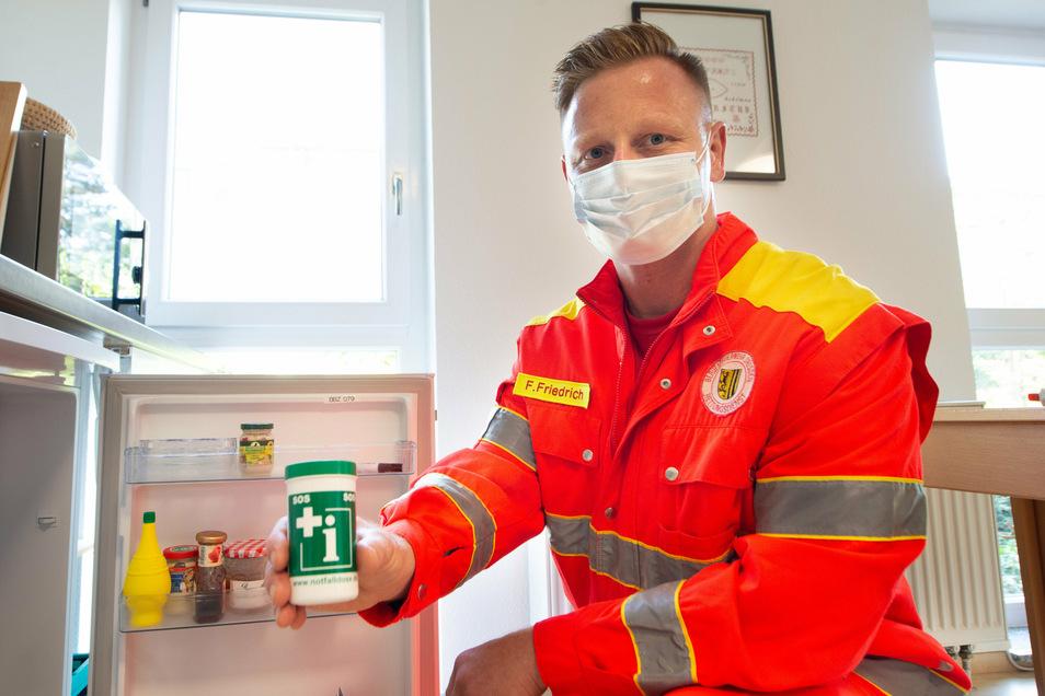Rettungssanitäter Frank Friedrich weiß, wie wichtig schnelle Informationen über den Patienten im Ernstfall sind. Diese sollen in der Dose vermerkt werden.