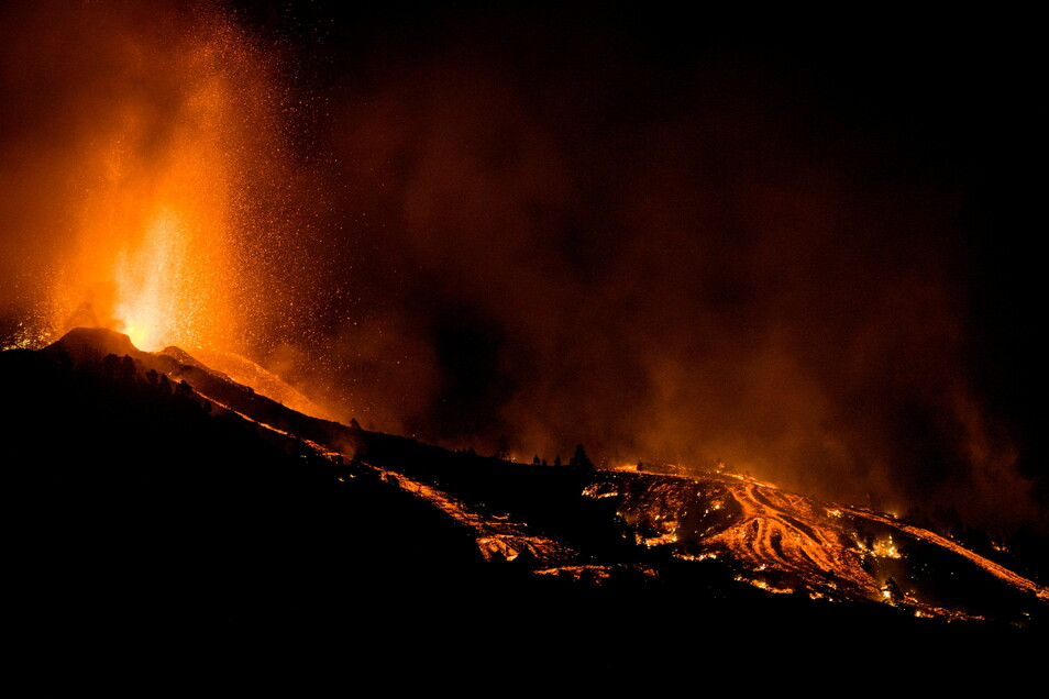 Ein Vulkan auf der spanischen Atlantikinsel La Palma brach am Sonntag nach wochenlanger seismischer Aktivität aus und veranlasste die Behörden, Tausende zu evakuieren.