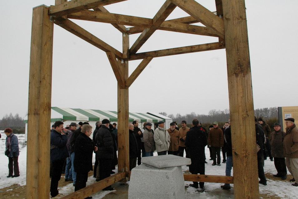 2006 wurde die Erinnerung an die Großenhainer Grundlinie mit dem Messpunkt auf dem Exer in Kleinraschütz begonnen. Ein Balkengerüst markiert den Ort des früheren Schutzbaus des Vermessungspunktes.