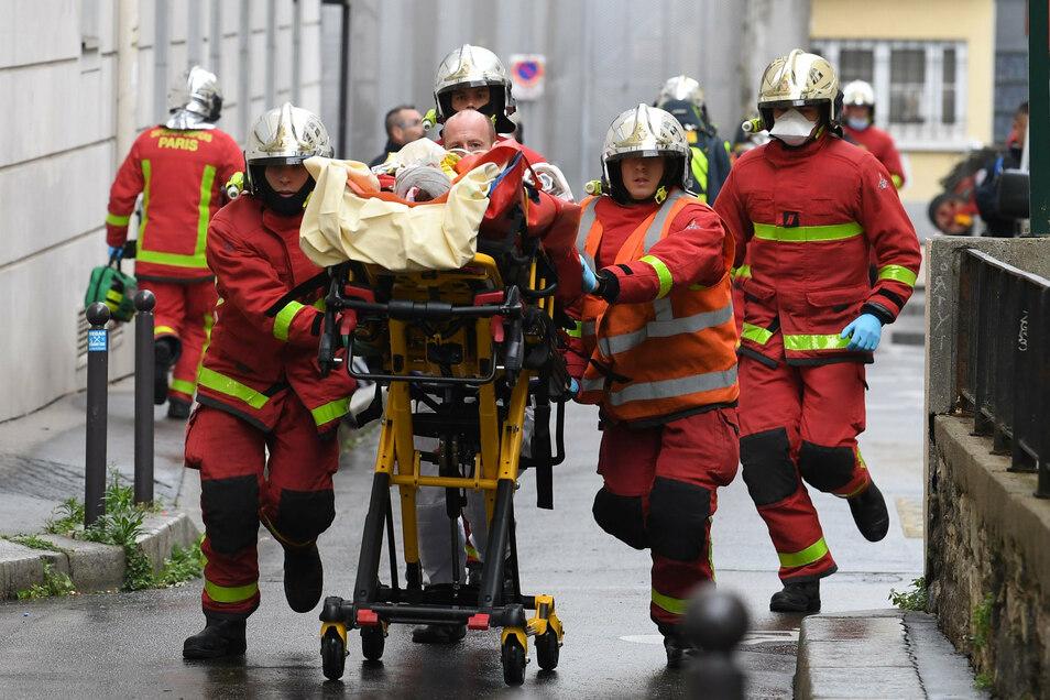 Eine Mitarbeiterin und ein Mitarbeiter der Produktionsfirma Premières Lignes, die unter anderem für den Sender France 2 arbeitet, sind bei dem Angriff verletzt worden.