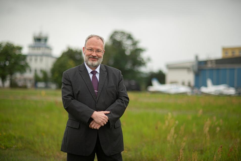 Der Kamenzer Flugplatzchef Wulf-Dieter Schomber blickt optimistisch einer großen Investition entgegen. Im September soll die Erschließung neuer Flächen beginnen, auf denen Hangars entstehen und Firmen sich ansiedeln können.