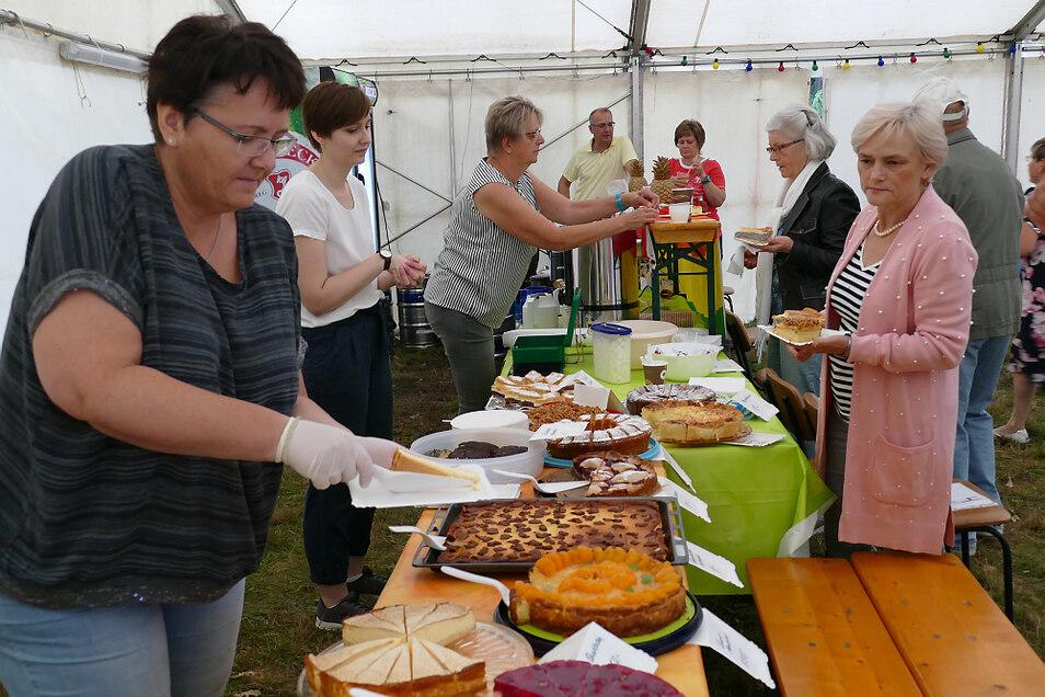 Die Dorffestbesucher in Burg hatten zur Kaffee-Zeit am Nachmittag eine große Auswahl unter den immerhin 14 Kuchen und Torten.