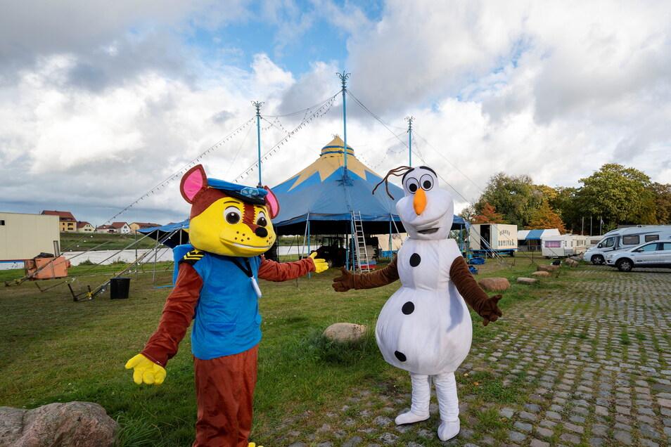 Während das Zirkuszelt noch aufgebaut wird, posieren schon einmal die Figuren Olaf und Chase - bekannt aus einschlägigen Kinderfilmen.