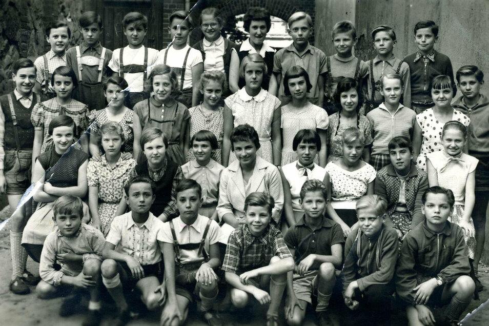 Inmitten ihrer Schüler Fräulein Gisela Berthold. Rechts daneben Renate Schwarze.