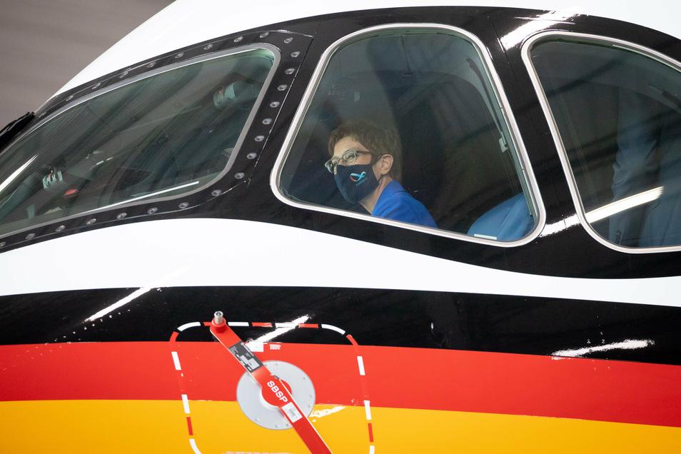 Verteidigungsministerin Annegret Kramp-Karrenbauer (CDU) sitzt probehalber auf dem Pilotensitz im Cockpit des neuen Airbus A350.