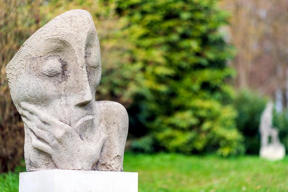 Nicht nur botanische Raritäten, sondern auch bildhauerische Werke gibt es im Schlosspark Ulbersdorf zu bestaunen.