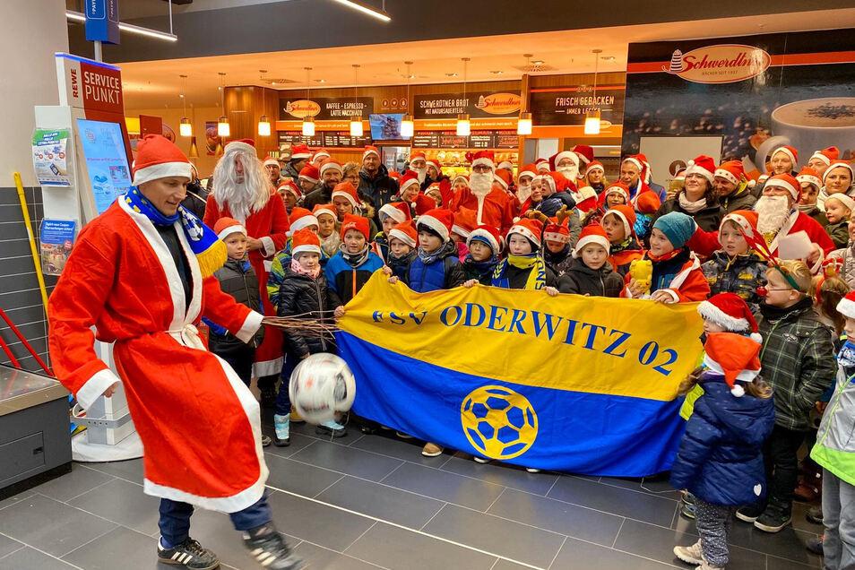 Die Fußballer vom FSV Oderwitz 02 um Präsident André Cerwinka (vorn) haben die Wette gewonnen.